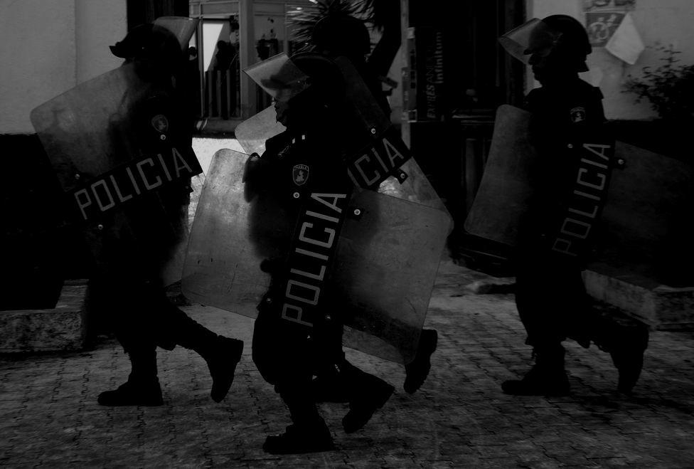 Granaderos-Guadalupe-Victoria-Pobladores-dispersaron_MILIMA20131105_0363_3-darken